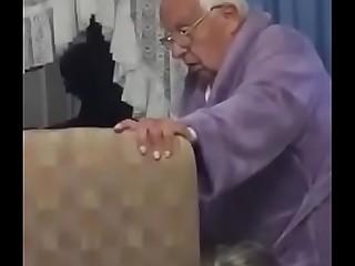 Anciana mamando en el asilo...