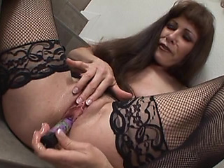 Older nymphomaniac makes herself cum
